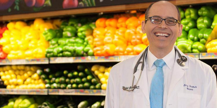 Michael Greger is a New York Times best-selling author, a physician, an internationally recognized professional speaker, and, most importantly, an expert on nutrition. In this episode, we talk about fruit, legumes, animal protein and nutrition in general, and we figure out which the best choices for our nutrition are.